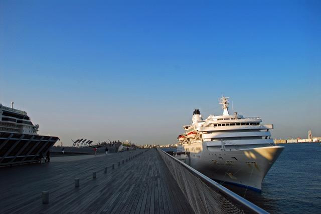 2. 대형 여객선과 요코하마의 바다를 전망하다 [요코하마항 오산바시 국제 여객선 터미널]